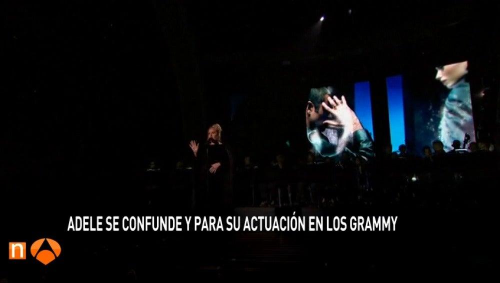 Frame 16.411864 de: La cantante Adele para su homenaje a George Michael por desafinar y vuelve a empezar