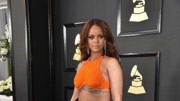Rihanna se vistió con top naranja y maxi falda con volumen en negro