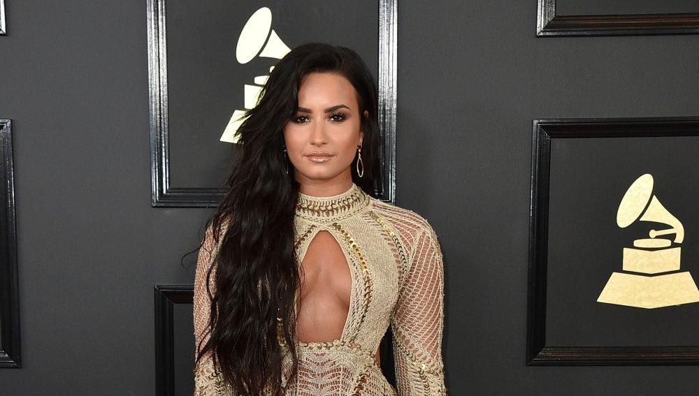 Demi Lovato con un escotado diseño en nude