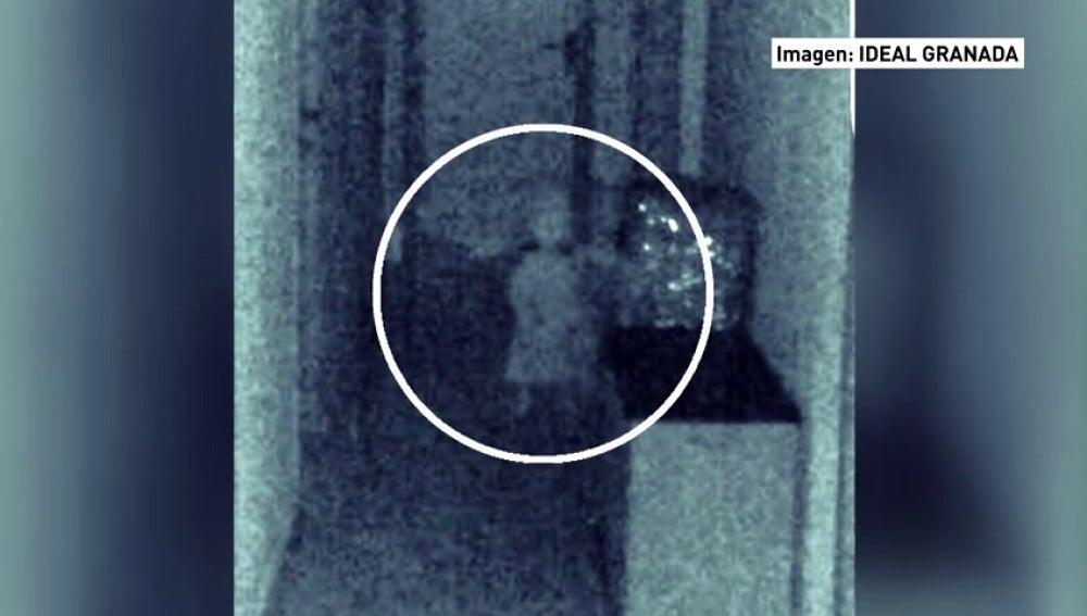 Frame 54.091819 de: Un concejal asegura haber captado la imagen de una niña fantasma con su móvil en el ayuntamiento