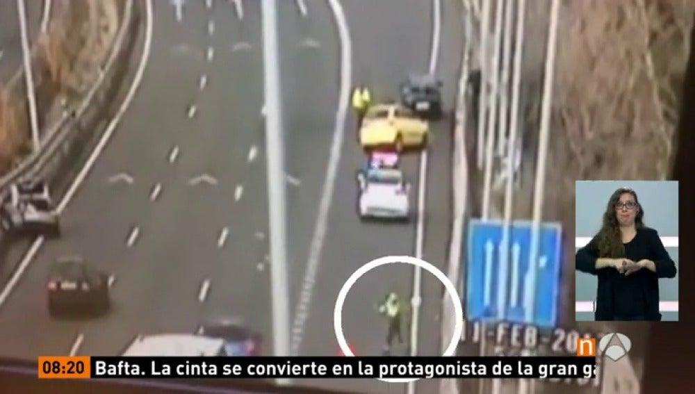 Frame 10.671948 de: Un guardia civil consigue salvar su vida después de que un coche impactara en el lugar donde se encontraba