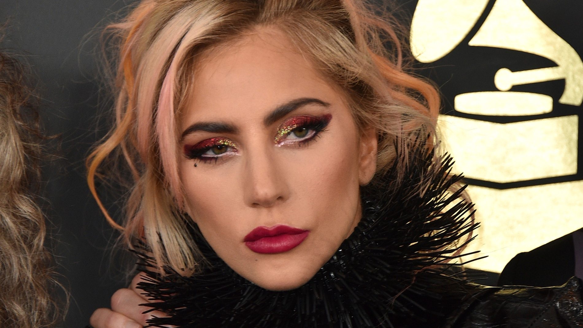 Lady Gaga, con escotado conjunto de plumas