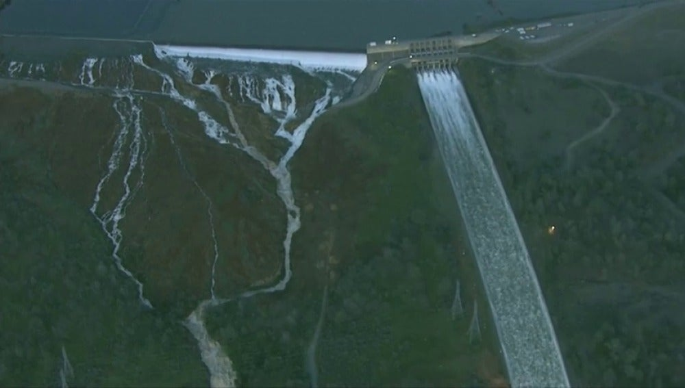 Frame 0.408991 de: Casi 200.000 evacuados en California por daños en la presa Oroville
