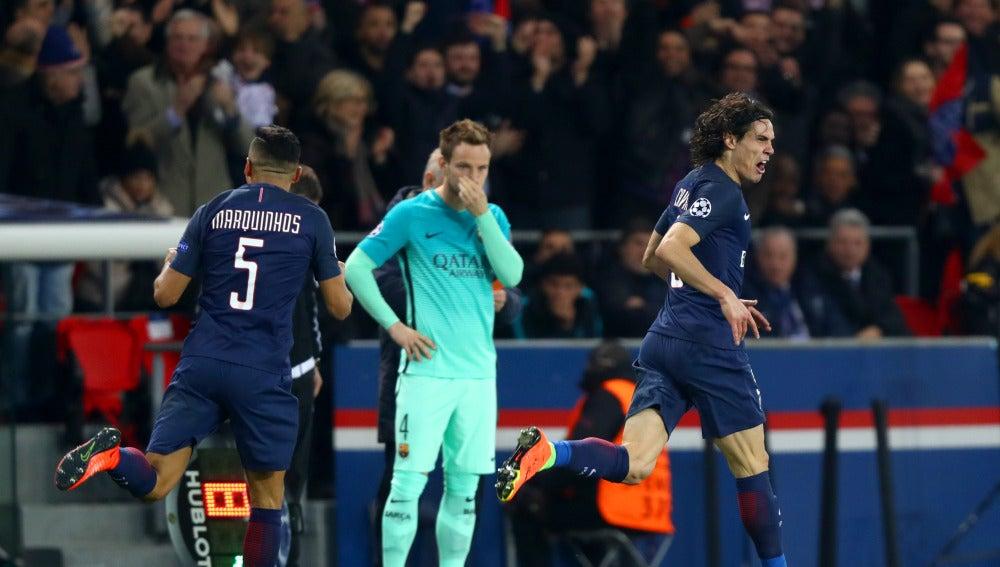 Los jugadores del PSG celebrando un gol ante la mirada de Rakitic