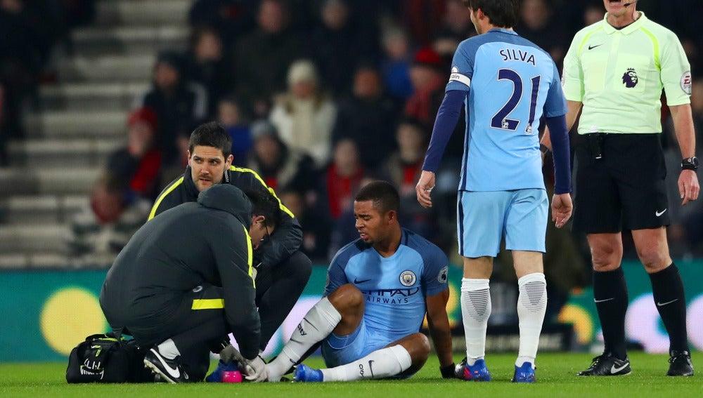Gabriel Jesus es atenido tras caer lesionado ante el Bournemouth