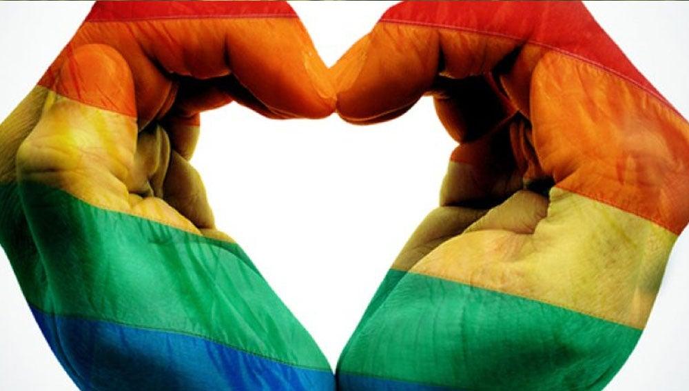 Imagen de archivo de unas manos con la bandera LGTBI