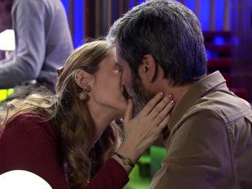 La pasión de Fiona estalla en los labios de Esteban