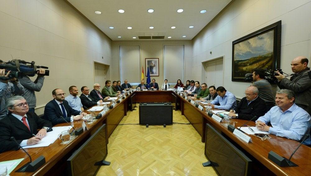 El ministro de Fomento durante la reunión con los representantes sindicales del sector de la estiba y la patronal Anesco