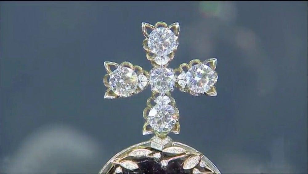 Frame 2.51259 de: Se puede ver la réplica de la Gran Corona Imperial rusa con más de once mil diamantes