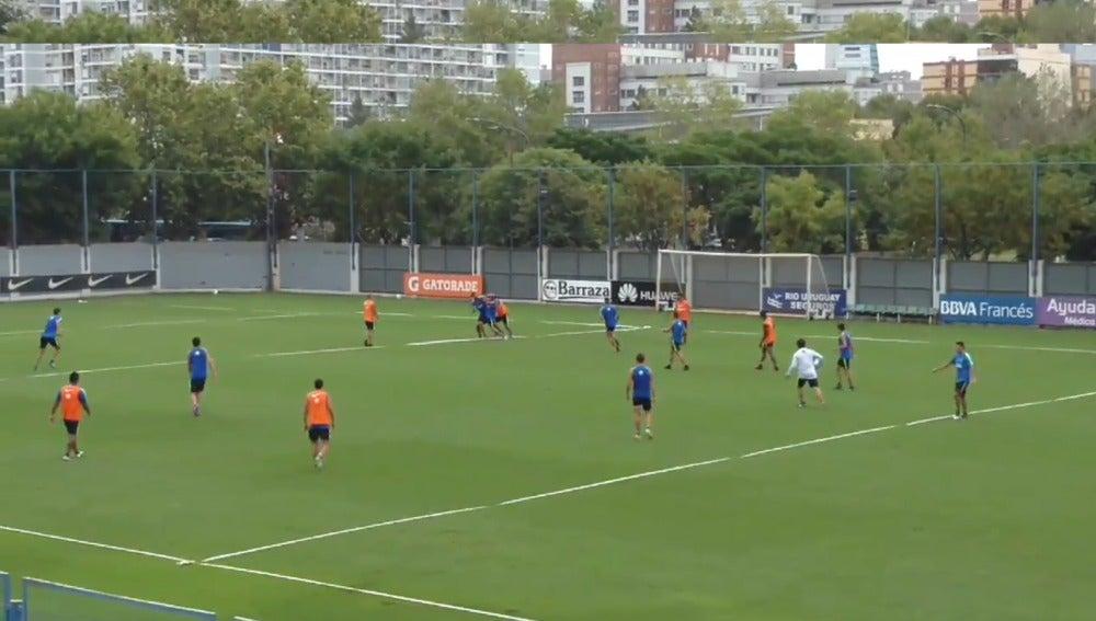 Los jugadores del Boca Juniors peleándose en el entrenamiento