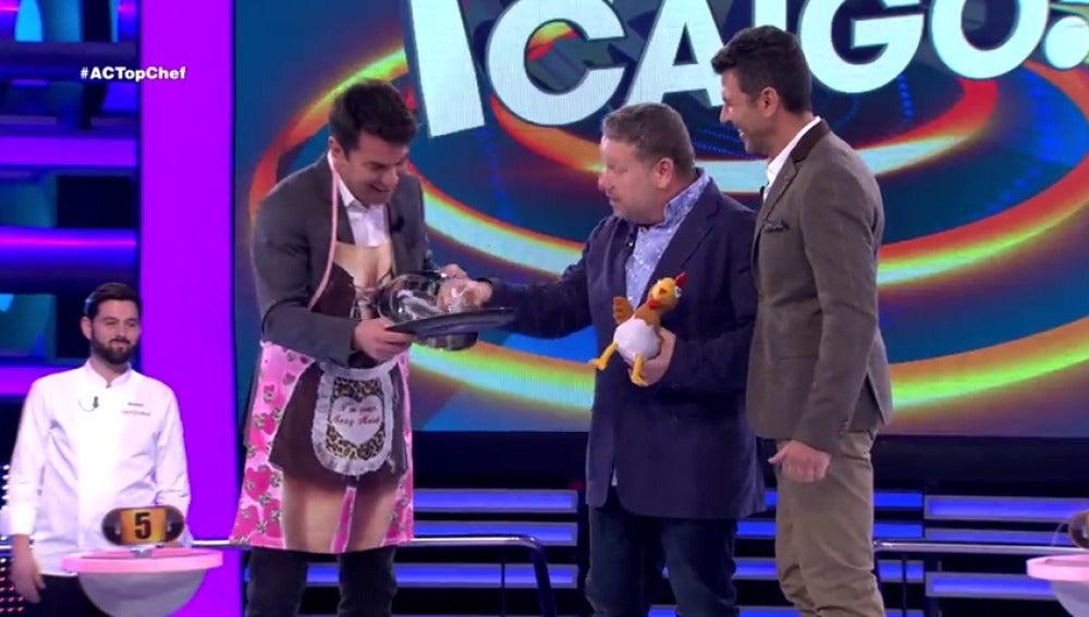 Frame 86.644444 de: Alberto Chicote 'castiga' a Arturo Valls por cocinar la merienda más cutre de la historia