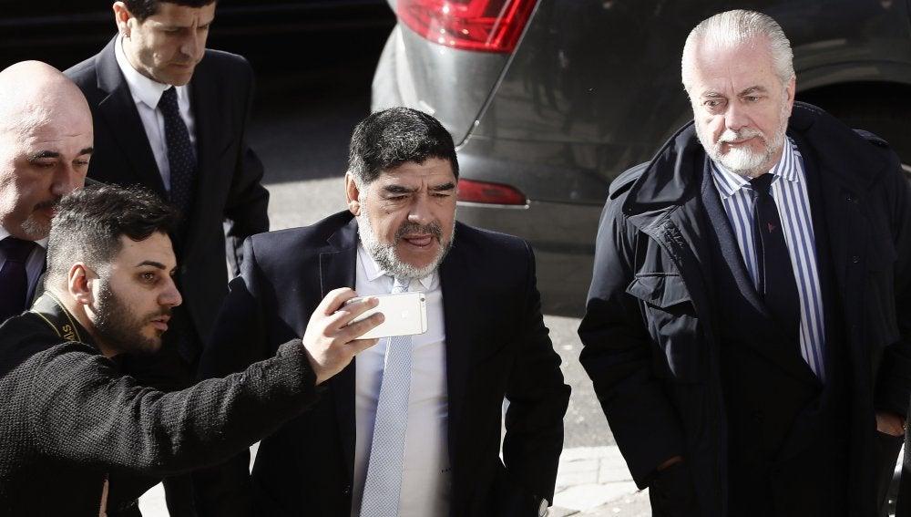 Maradona llega a la comida de directivas junto al presidente del Nápoles, Aurelio de Laurentis