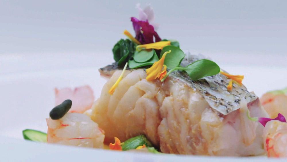 Taco de merluza de pincho con crema de papaya, gamba roja, moluscos, ensalada de apio e hinojo y alga codium