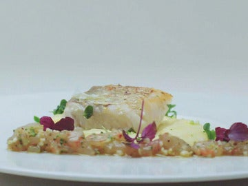 Merluza con curry thai de coliflor y tarta de gamba roja con tika massala