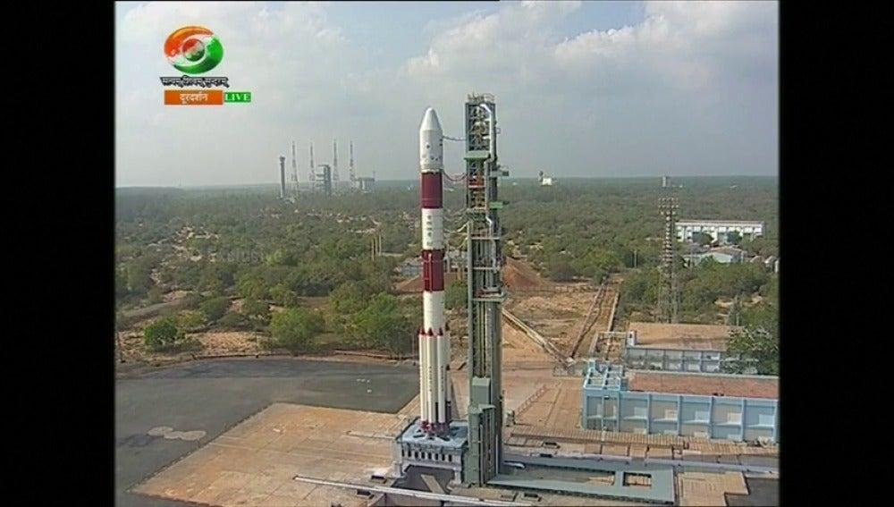 Frame 1.03763 de: Lanzamiento récord de una agencia espacial india