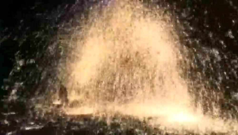 Frame 18.107537 de: Una tradición china que sustituye los fuegos artificiales por los destellos del hierro fundido