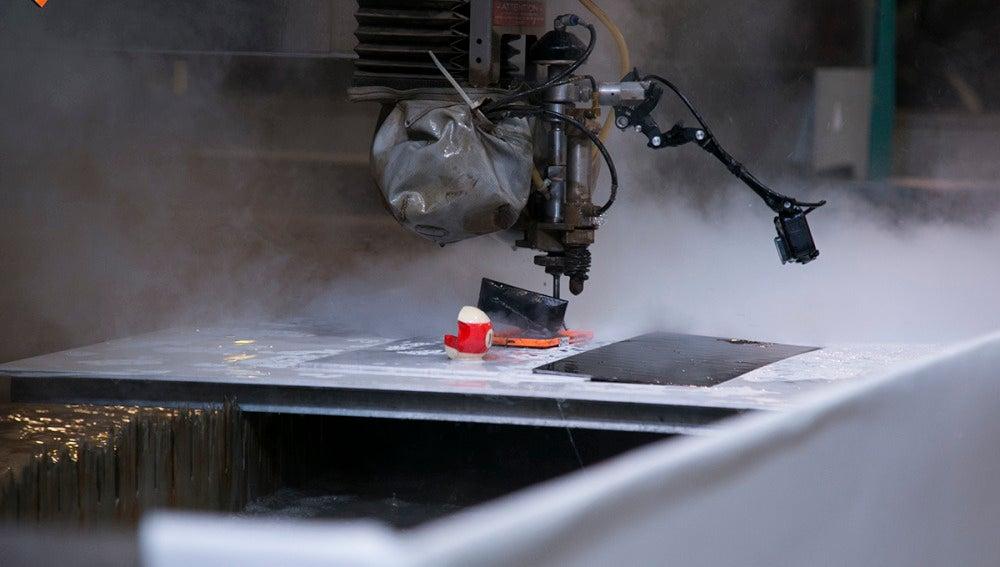 La primera máquina capaz de cortar una bola de billar utilizando un chorro de agua