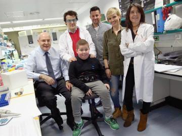 Los doctores junto a Sergi y sus padres