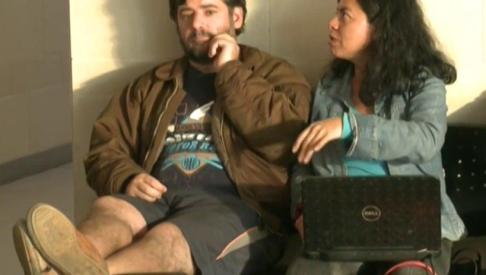 Frame 28.775248 de: Un español lleva once días viviendo con su pareja en el aeropuerto de Bogotá por supuestas amenazas