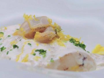 Lomo de merluza con salsa de queso fresco, berberechos y pomelos