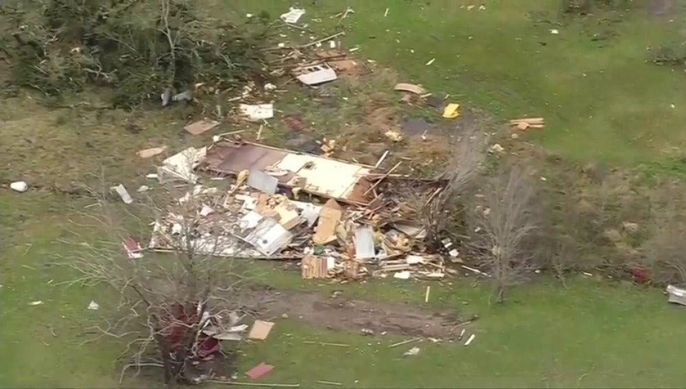 Frame 3.380747 de: Varios tornados deja destrozos y deja a veinte mil personas sin luz