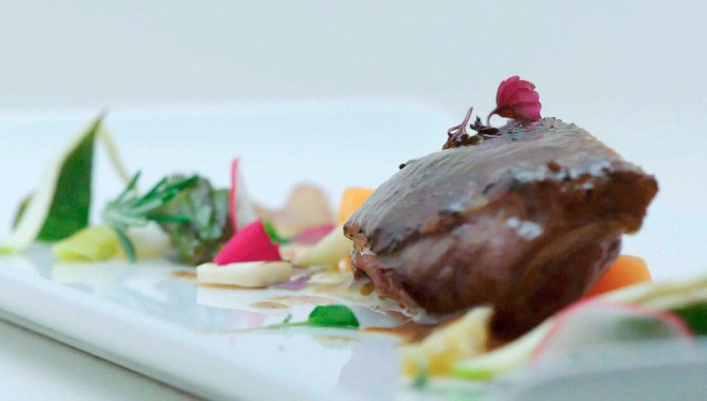 Pechuga de azulón con su jugo escabechado, praliné salado de pistachos, verduritas y encurtidos