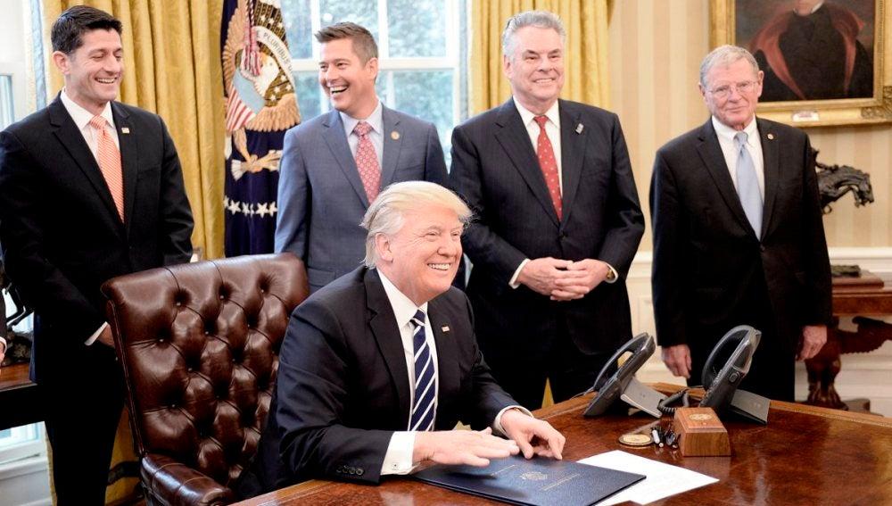 Donald Trump después de firmar una resolución