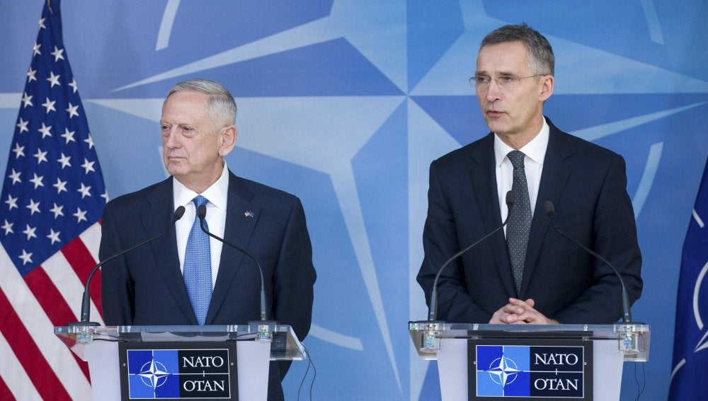 El secretario general de la OTAN, Jens Stoltenberg, y el secretario de Defensa estadounidense, James Mattis