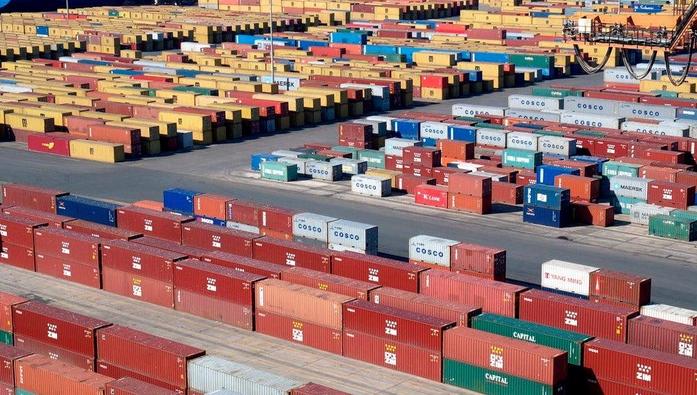 Contenedores esperan para ser transportados en un puerto
