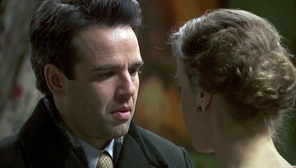 Adela se deja llevar y besa a Carmelo