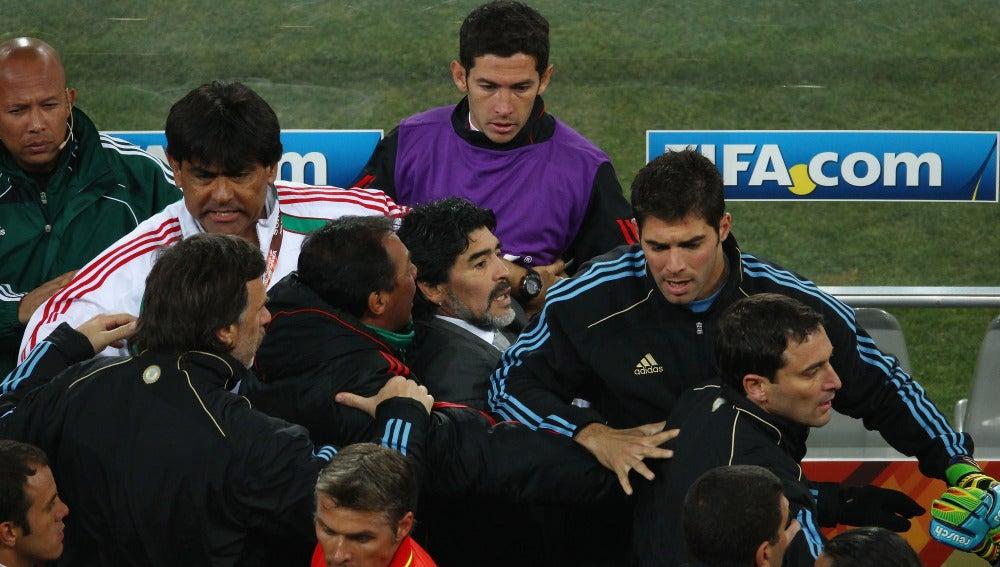 Maradona se encara durante un partido
