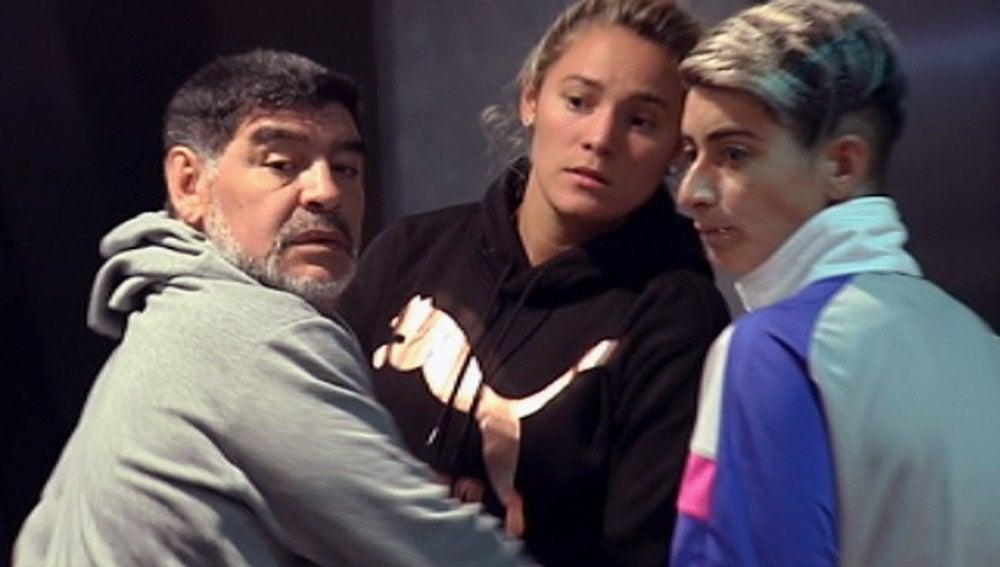 Maradona junto a su novia Rocío Oliva