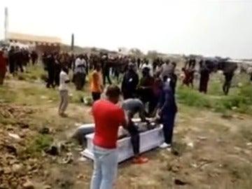 Un momento durante el entierro