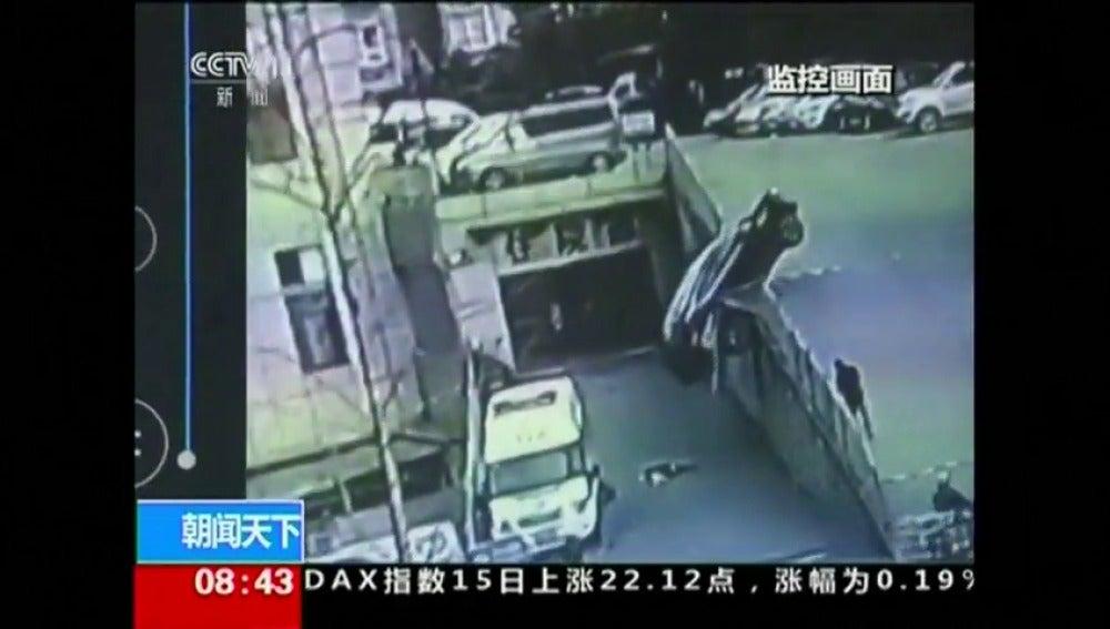 Frame 3.682958 de: Un coche da marcha atrás y cae encima de una rampa por la que subían una madre y su hijo