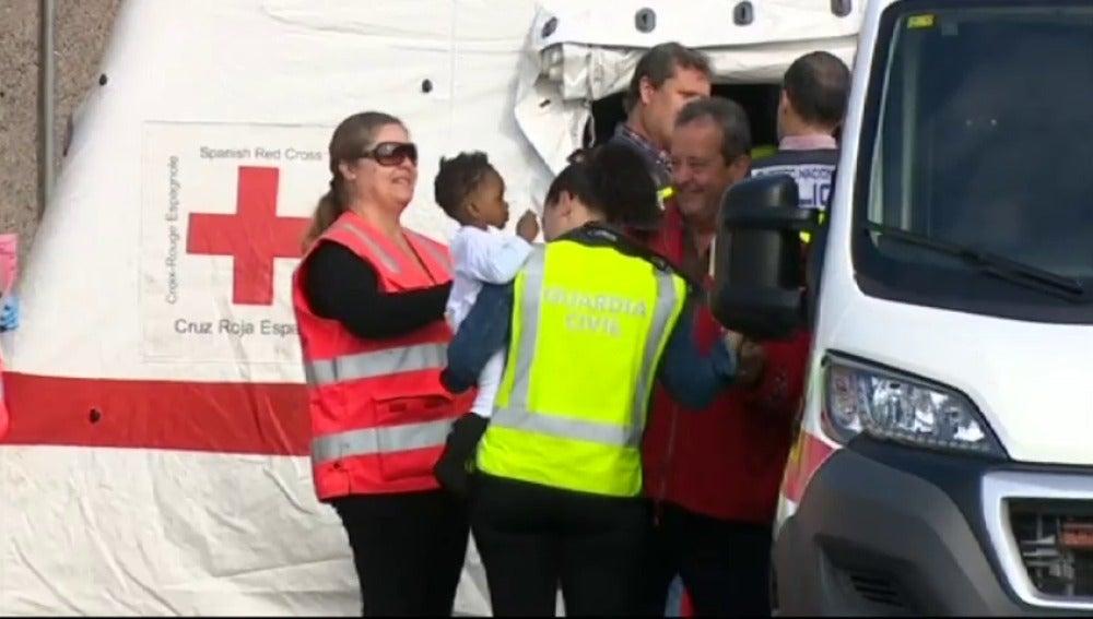 Frame 30.328019 de: Rescatan a 59 inmigrantes, entre ellos un bebé, en una patera al sur de Gran Canaria