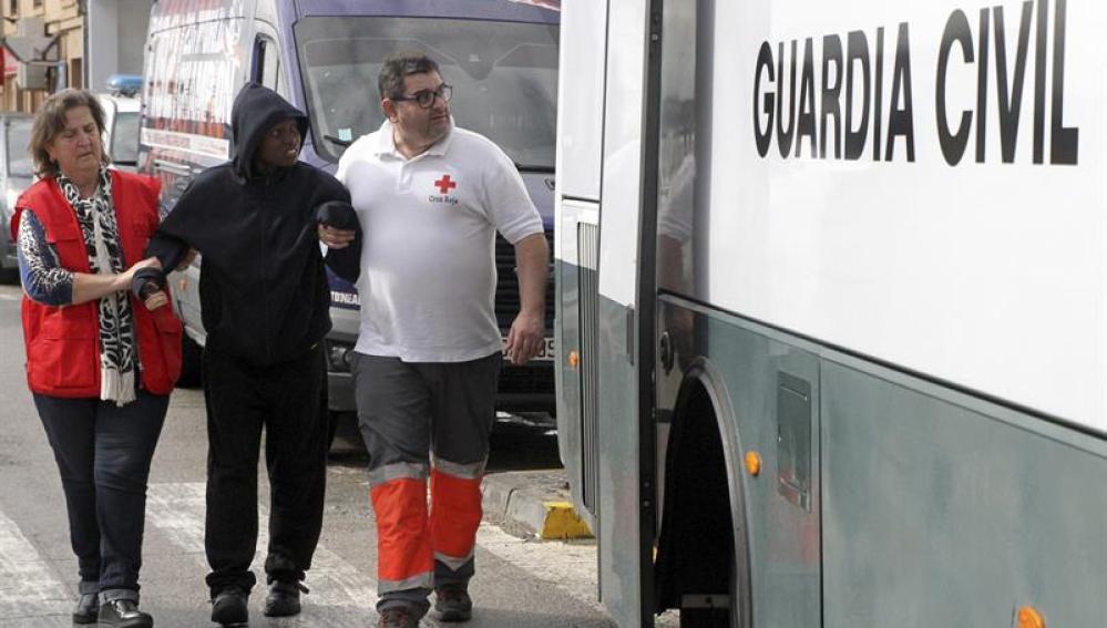 Cruz Roja ayuda a uno de los inmigrantes rescatados