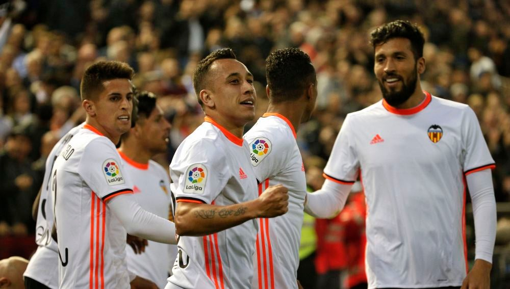 Orellana celebra junto a sus compañeros su gol al Real Madrid