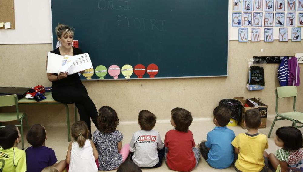 Una profesora da clase en un aula