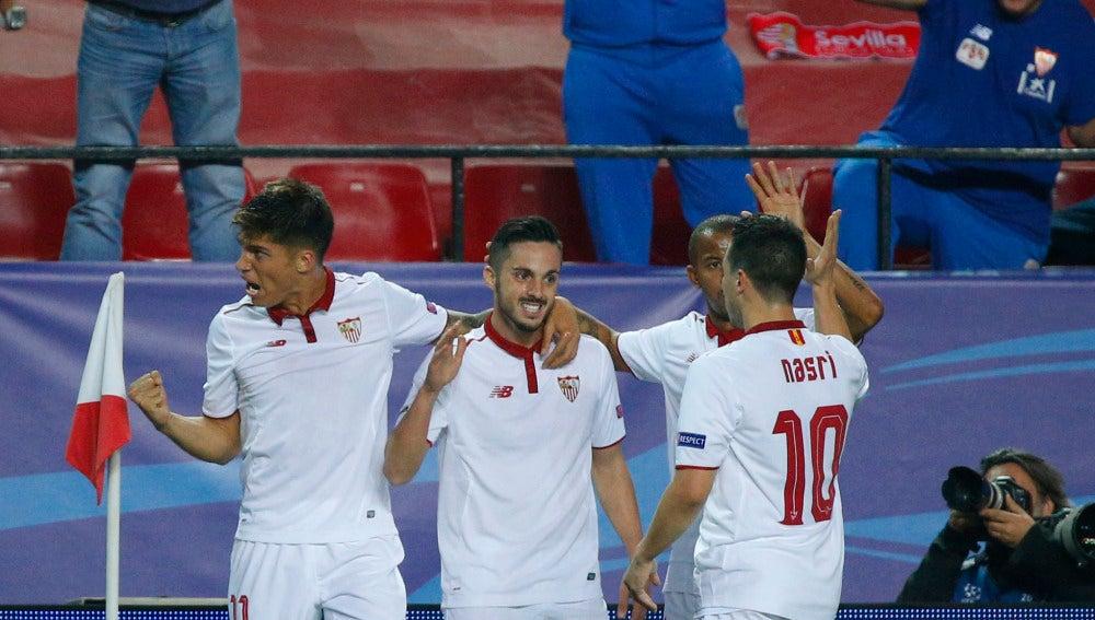 Los jugadores del Sevilla celebran un gol al Leicester