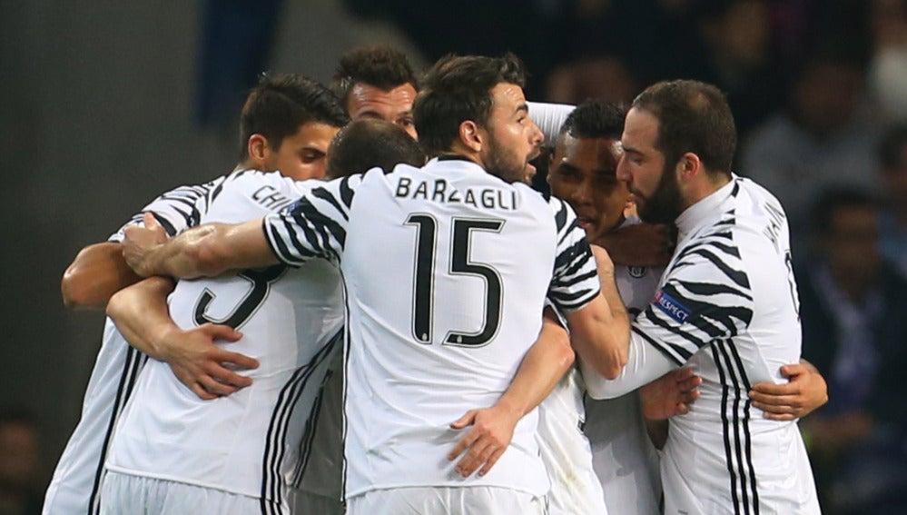 Los jugadores de la Juventus celebran los goles al Oporto
