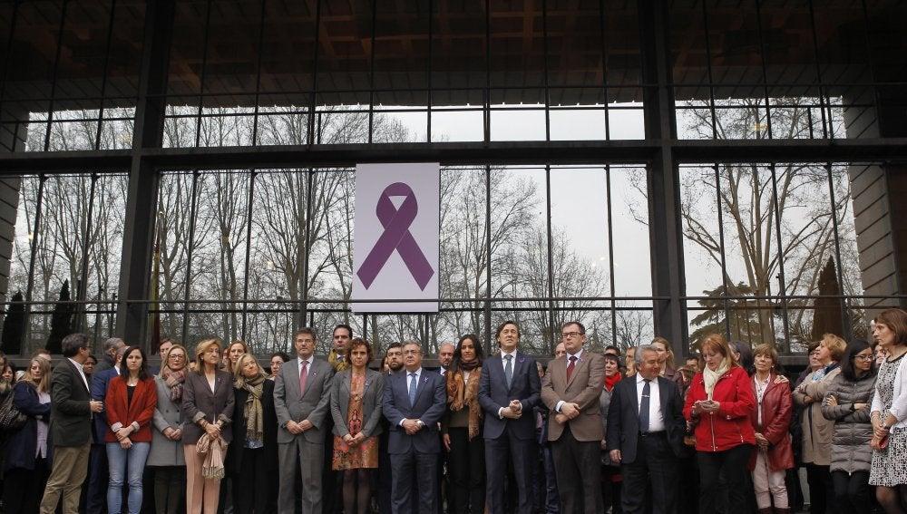 Ministros durante el minuto de silencio guardado a las puertas del Ministerio de Sanidad tras la reunión de coordinación sobre violencia de género