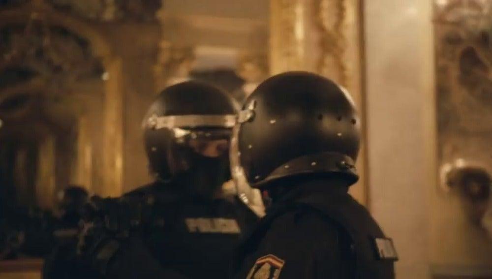 Frame 63.962174 de: Dos policías antidisturbios uniformados baila un tango en el museo Cerralbo de Madrid