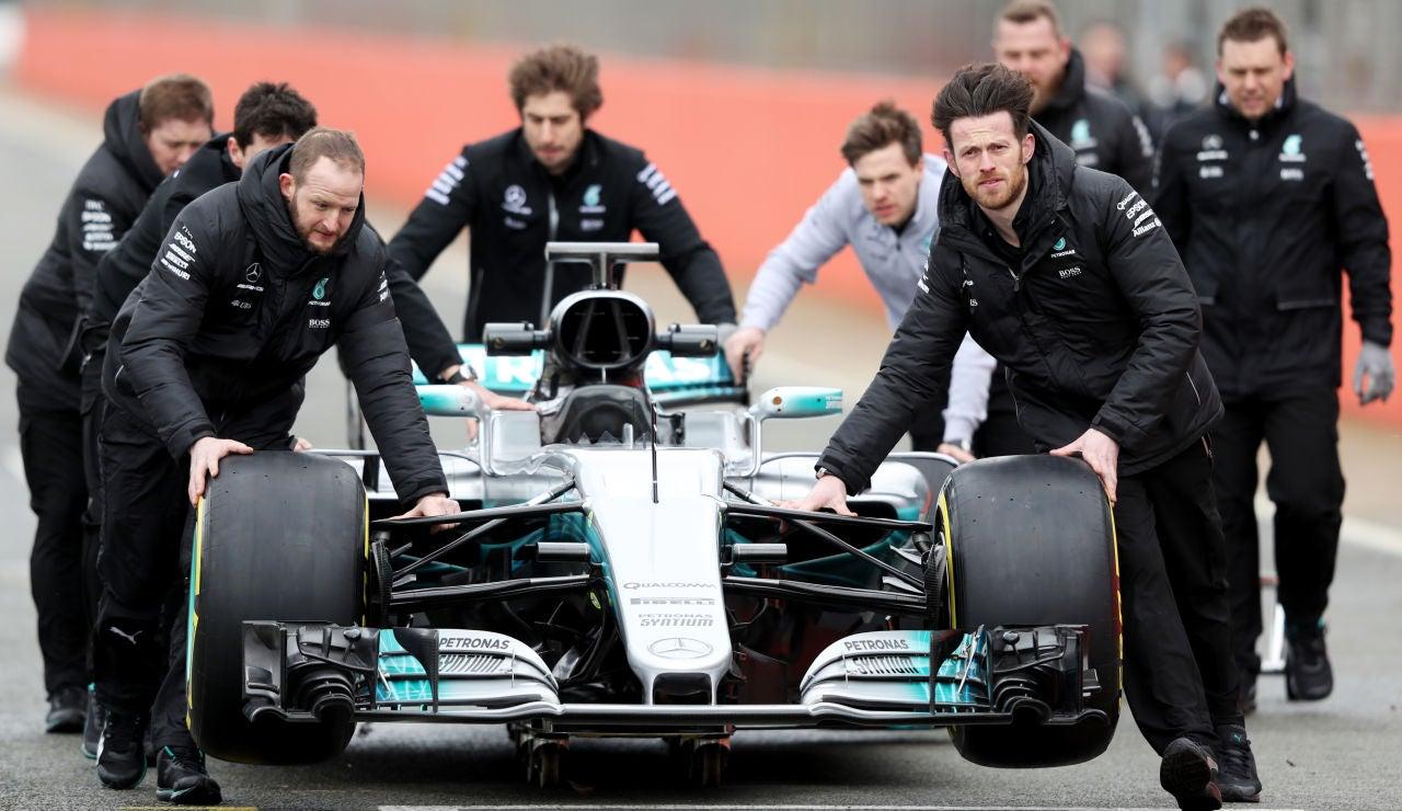 El Mercedes W08, siendo llevado hacia los boxes