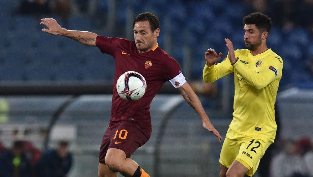 Francesco Totti pelea un balón con Mussachio