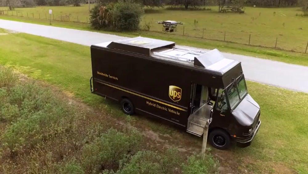 Frame 25.301333 de: UPS prueba la entrega a través de drones que despegan del techo de las furgonetas en itinerancia