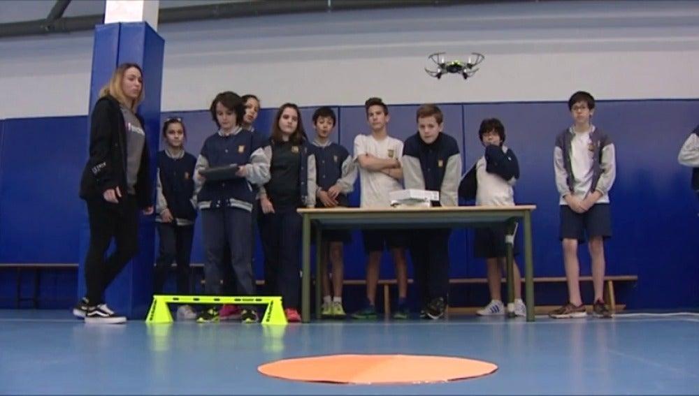 Frame 32.648924 de: Los profesores se pueden apoyar en drones para explicar las asignaturas