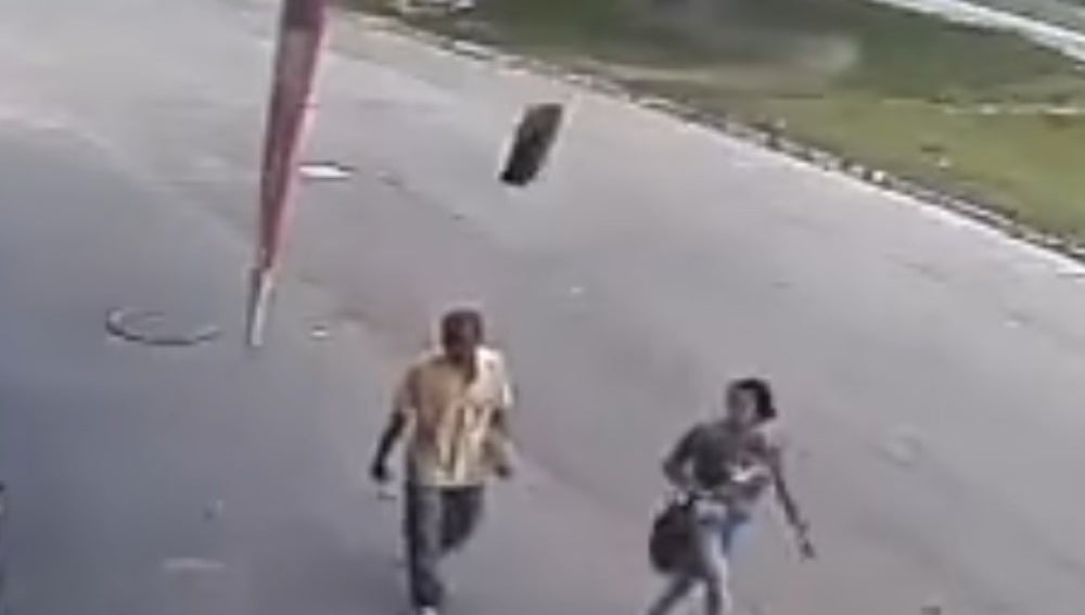 Momento en el que un neumático golpea a un hombre