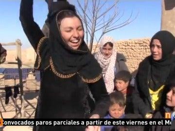 Frame 10.409114 de: Niños y mayores sirios celebran la liberación de su pueblo del control de Daesh mientras las mujeres pisan el velo integral que estaban obligadas a llegar