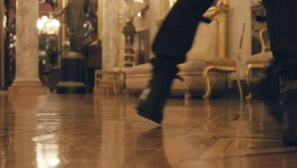 Frame 16.497394 de: ¿Qué hacen dos policías antidisturbios uniformados bailando un tango en un museo de Madrid?