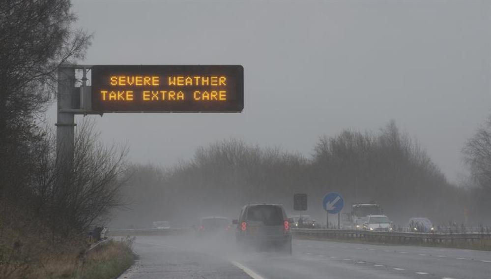Un cartel luminoso advierte la precaución por la 'Tormenta Doris'